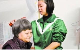 广东孝女13岁养家,背养母上学
