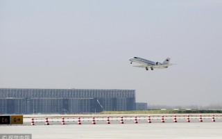 北京新机场迎来第一架飞机